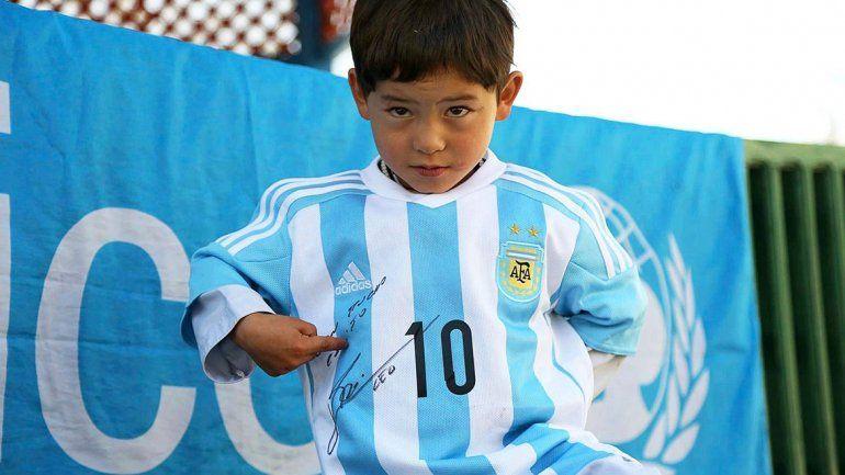Niño fan de Messi abandona su casa tras ataque talibán en Afganistán