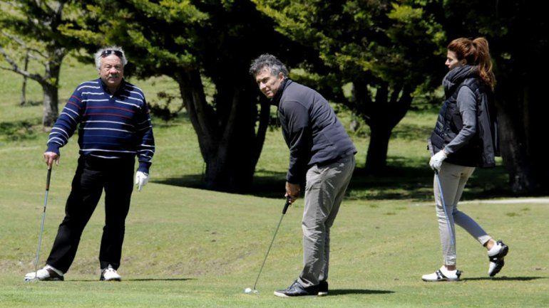 Resultado de imagen para macri jugando al golf en San Martin De los Andes