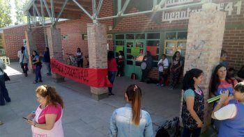 familias tomaron el jardin 41 en reclamo desoluciones