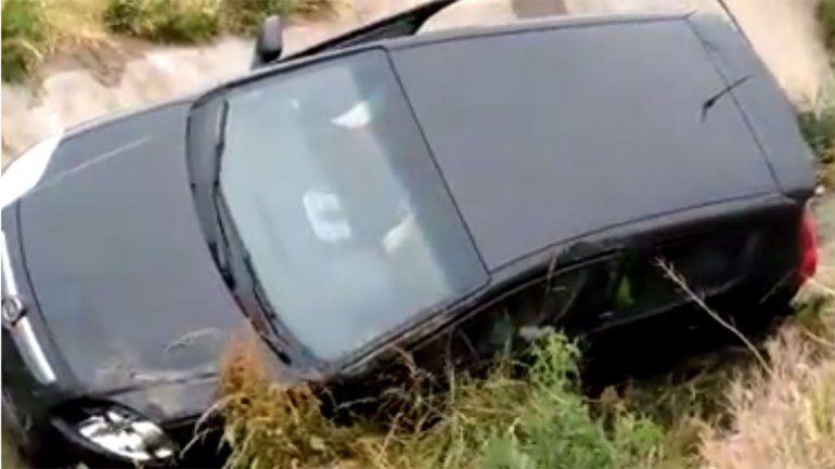 Quisieron remolcar un auto pero falló la grúa y cayó al agua