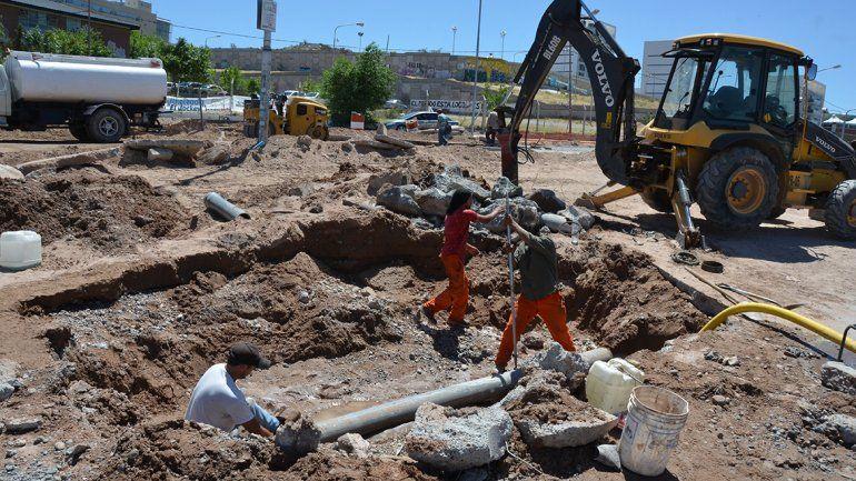 Se rompió un caño y formó una pileta en las obras del Metrobús: dos barrios sin agua
