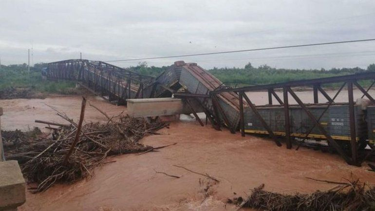 Colapsó un puente ferroviario justo cuando pasaba el tren carguero