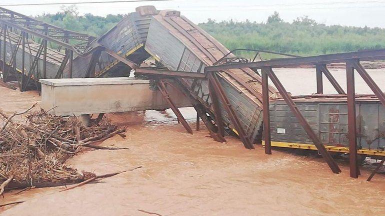 País: Se cayó un puente justo cuando pasaba el tren Belgrano Cargas