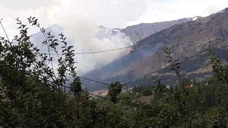 Brigadistas combaten un incendio forestal en Huinganco