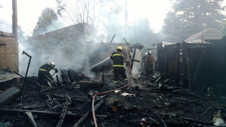 Un descomunal incendio destruyó cinco casas en Junín de los Andes y dejó a las familias con lo puesto