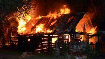 voraz incendio destruyo cinco casas y familias se quedaron sin nada