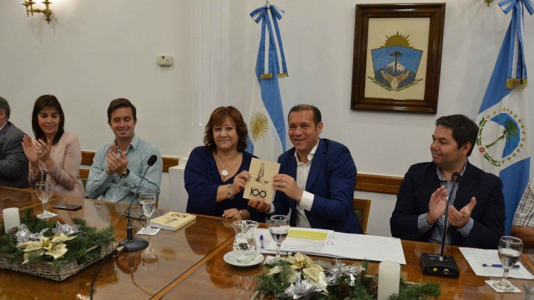 Presentaron un libro que cuenta los 100 años del petróleo en Neuquén