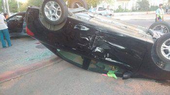 choque y vuelco: un auto quedo tumbado y otro sobre la vereda