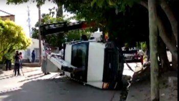 tremendo susto: una camioneta grua sin conductor cayo por la pendiente y volco