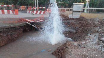 la rotura de un cano de agua potable genero una catarata en plena calle san martin