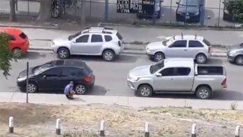 asi intentan robar un auto a la luz del dia en el bajo