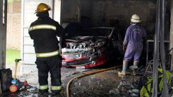 centenario: un incendio en un garaje destruyo un auto