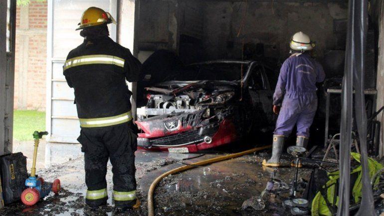 Centenario: un incendio en un garaje destruyó un auto