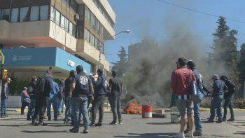 los trabajadores del epas cortan calles y hay caos en el centro