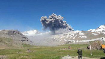 una emision de cenizas en el volcan peteroa alerto a malargüe