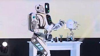 presentaron un robot top y era un hombre disfrazado