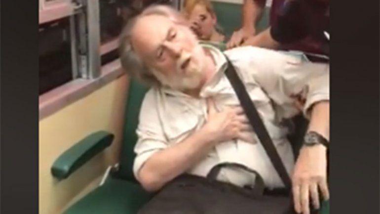 Video: le sacó fotos a una chica y simuló un infarto para que no lo bajaran del tren