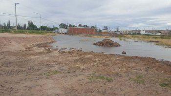 por un cano roto se inundan varios lotes en rincon del rio