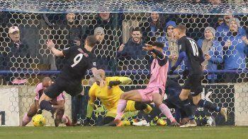 video: arquero y defensores dejaron la piel y evitaron un gol hecho