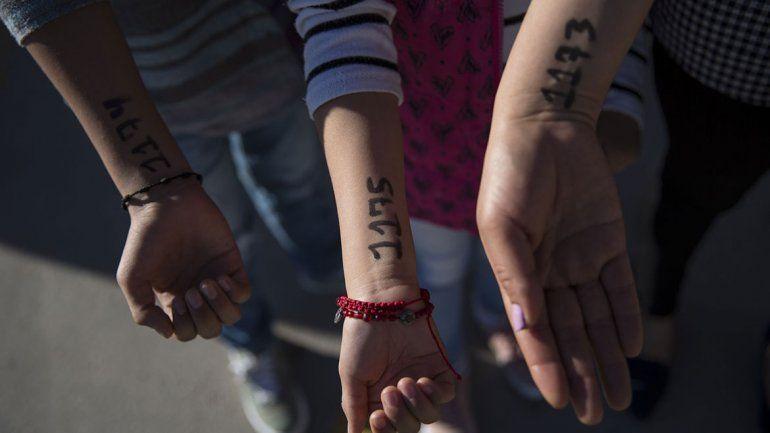 Niños migrantes son marcados al estilo nazi