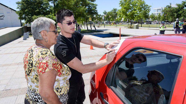 Estacionar sin mirar los espejos es un error común