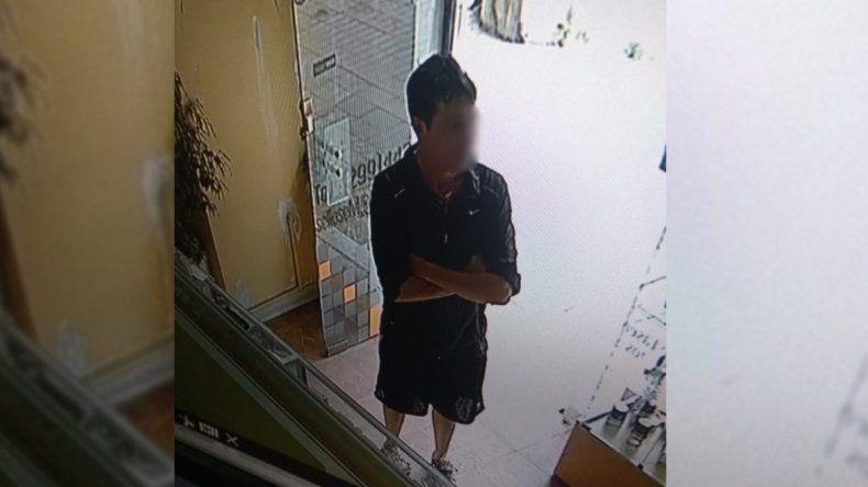 Se hizo pasar por cliente para robar un celular y quedó escrachado por las cámaras