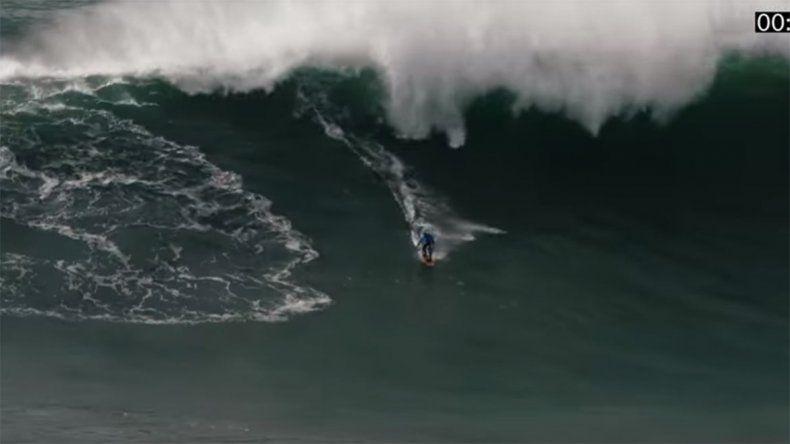 El estremecedor rescate de un surfista entre olas gigantes