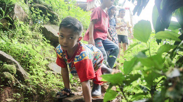 Nene se arrastra 6 kilómetros al día para ir a clase