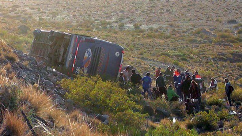 Chofer se durmió y colectivo turístico cayó por el barranco: tres muertos