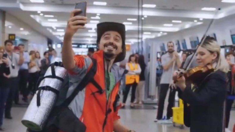 Hacían el check-in para viajar y los sorprendió la música