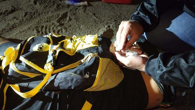 Los atraparon vendiendo droga en la playa