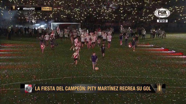 ¿Quién es el nene que le robó el gol al Pity Martínez en el festejo de River?