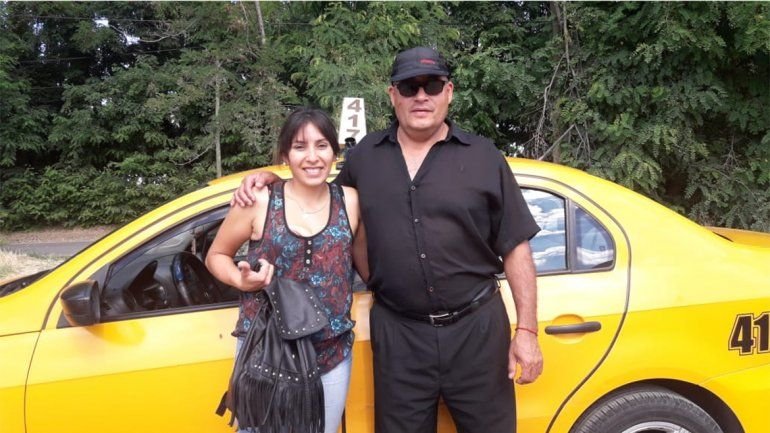 Taxista devolvió $70 mil a familia de turistas que olvidó una cartera al bajarse del auto
