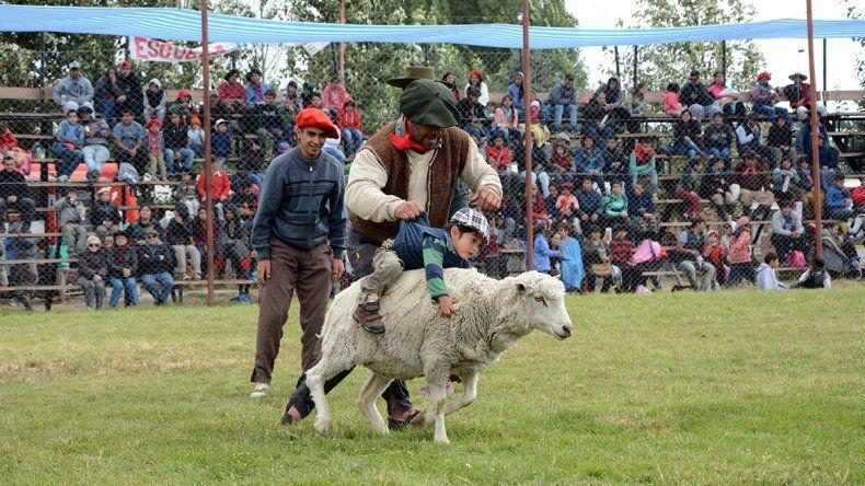 Hasta los más chiquitos participan de la Fiesta del Puestero en Junín de los Andes.