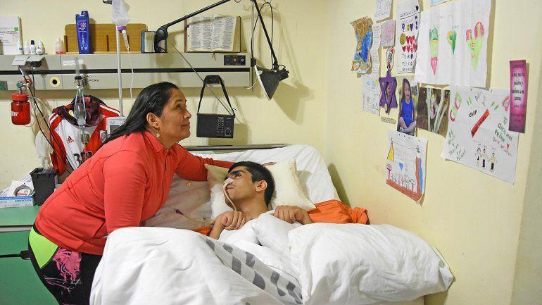 La mamá cuida de Facundo Aguero, golpeado brutalmente por la Policía.