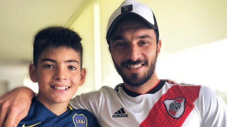 Después de la gastada, Nacho Scocco se sacó una foto con el nene hincha de Boca