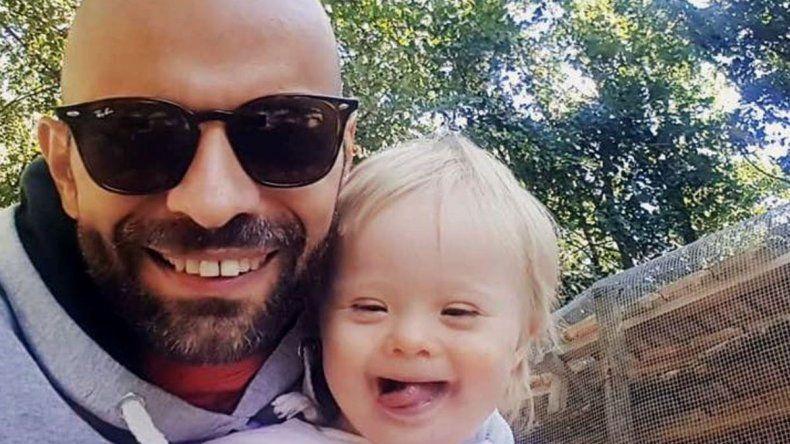 El soltero gay que adoptó a una beba down y emociona