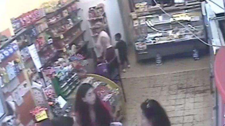 Usó a un nene de cuatro años para robar y todo quedó filmado