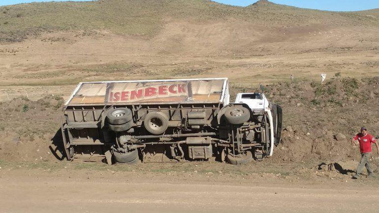 Un camión de cerveza perdió el control en una bajada y volcó en la Ruta 23