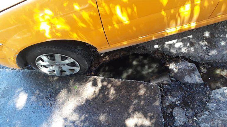 Un bache en pleno centro le destrozó la cubierta a un taxista