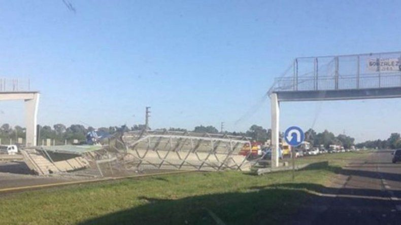 Un camión tiró un puente peatonal en la ruta a Mardel