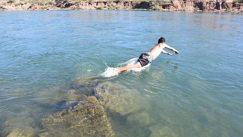 Bañistas desafían al Limay aunque pueda costarles la vida