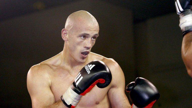 Video: ex boxeador profesional se peleó mano a mano con la policía de Francia