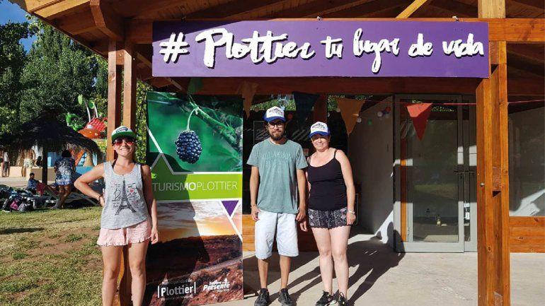 Dan información a los turistas en el parque acuático