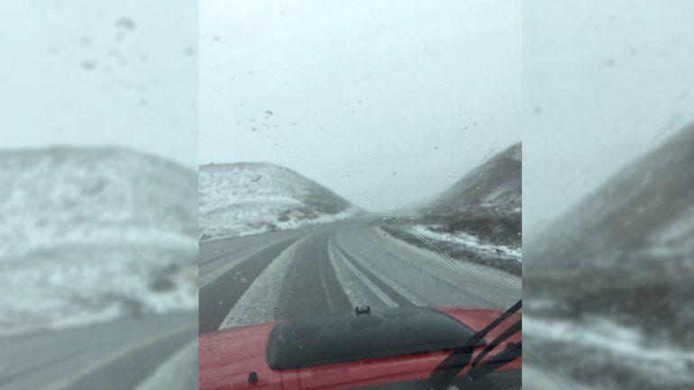 Atención turistas: cerraron el paso Pino Hachado por las fuertes nevadas