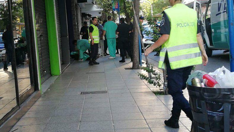 Una mujer policía, baleada por su ex pareja en la calle