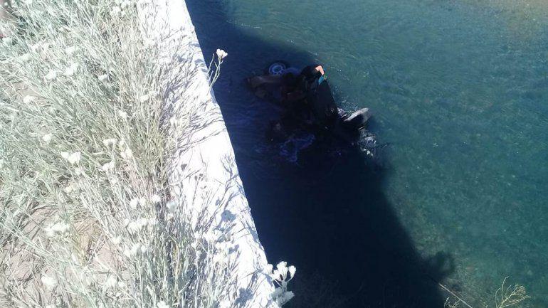 Se habría dormido en la ruta, perdió el control de su auto y cayó a un arroyo