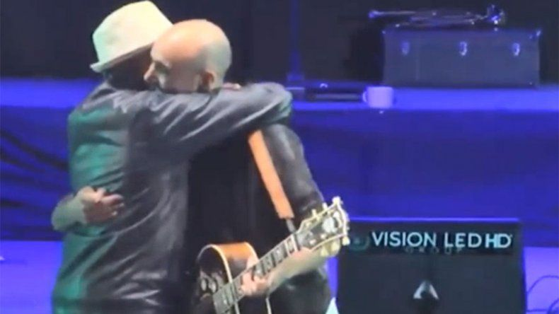 Un fan se subió al escenario y Abel Pintos se quedó con la boca abierta