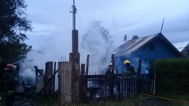 Una discusión familiar terminó con un apuñalado y dos casas en llamas