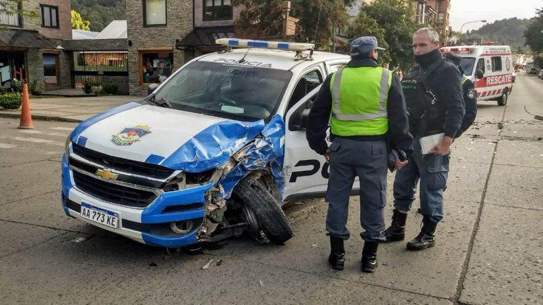 Patrullero destruido tras chocar con una camioneta